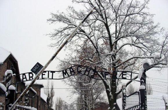 Auschwitz, Arbeit macht frei - da http://it.wikipedia.org/wiki/Campo_di_concentramento_di_Auschwitz