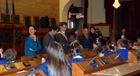 Il sindaco Massimo Zedda, Enrica Puggioni e Francesca Ghirra in aula consiliare con i bambini