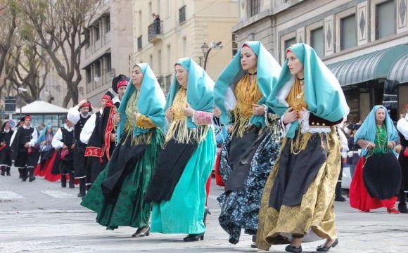 Festa di Sant'Efisio: gruppi in abiti tranzionali